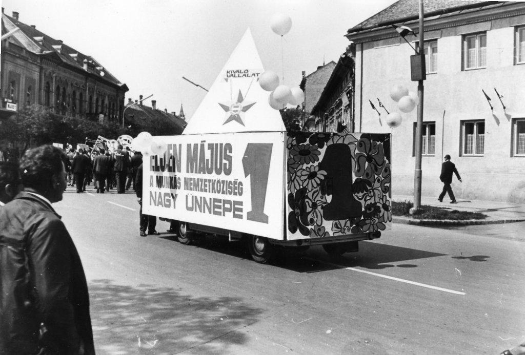 Május 1-jei felvonulás az Lenin utcán (ma: Andrássy út) 1973-ban