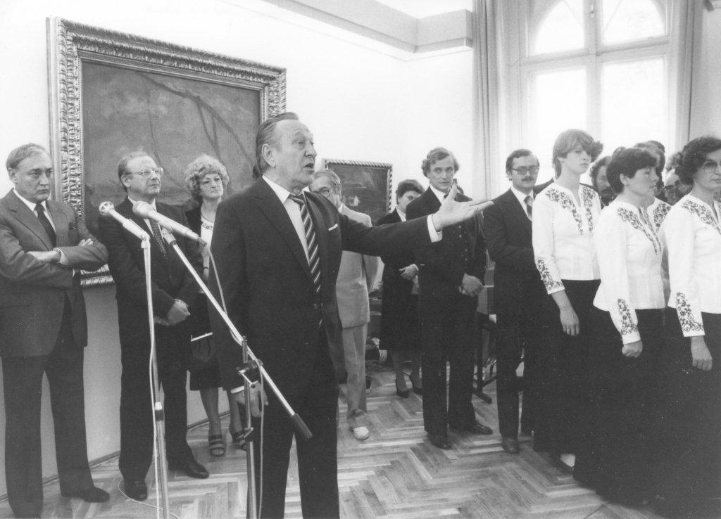 Bessenyei Ferenc színművész szaval az Alföldi Galéria megnyitója 1985-ben