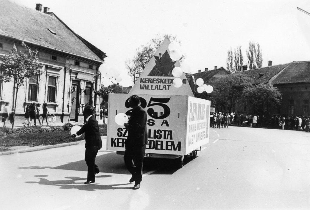Május 1-jei felvonulás a Lenin utcán (ma: Andrássy út) 1973-ban