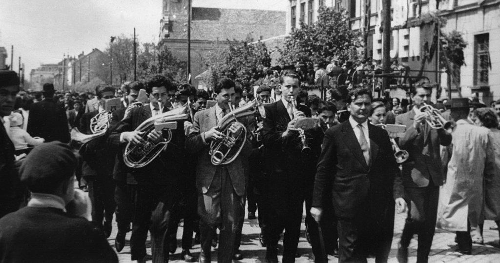 Kerekes Pál és az Állami Zeneiskola fúvószenekara 1961. május 1-jén a Lenin utcai (ma: Andrássy út) felvonuláson