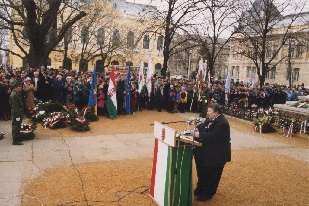 Dr. Rapcsák András beszédét tartja 1999.március 15-én